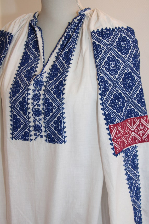 Vintage traditional embroidered Romanian dress - image 4