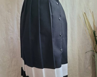 """1970s """"Ms Spooky"""" Black & White Pleated Skirt 44""""W"""
