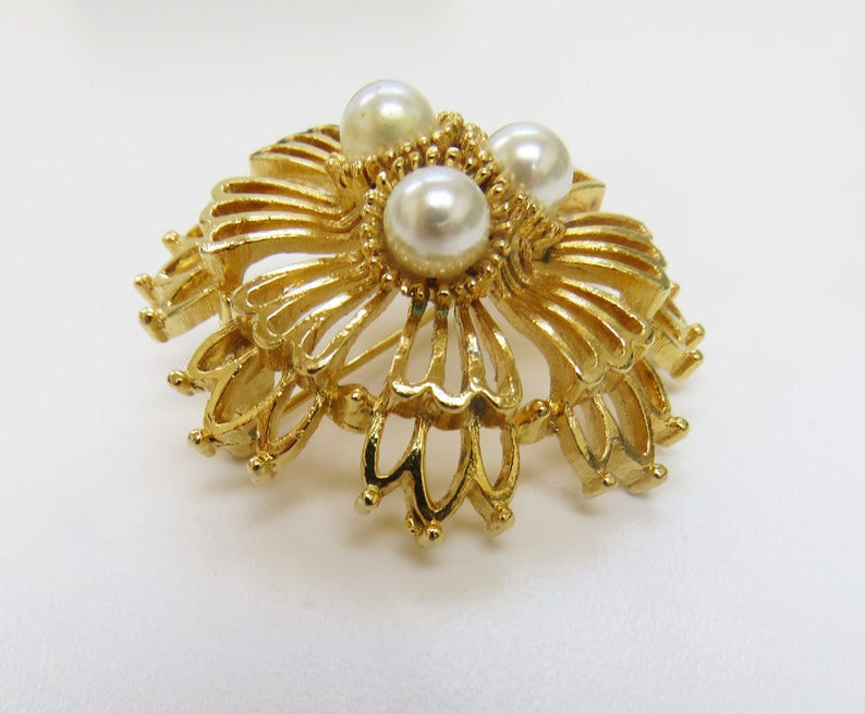 Lovely Vintage Gold Plated Open Work Faux Pearl Brooch by LISNER  43mm Diameter
