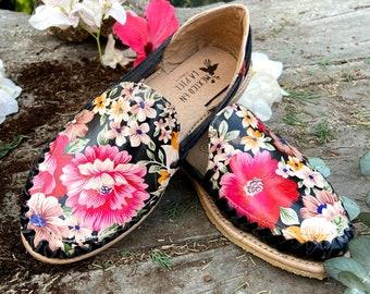 Floral Artisanal Huarache. Leather Huarache. Mexican Leather Flats. Fashion flower Huarache. Cute Summer Sandal. Black Huarache For Woman.