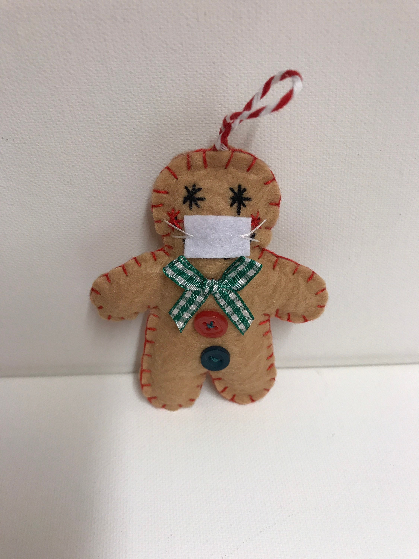Decorazione Gingerbread man con mascherina da appendere in memoria dell'anno pazzo 2020