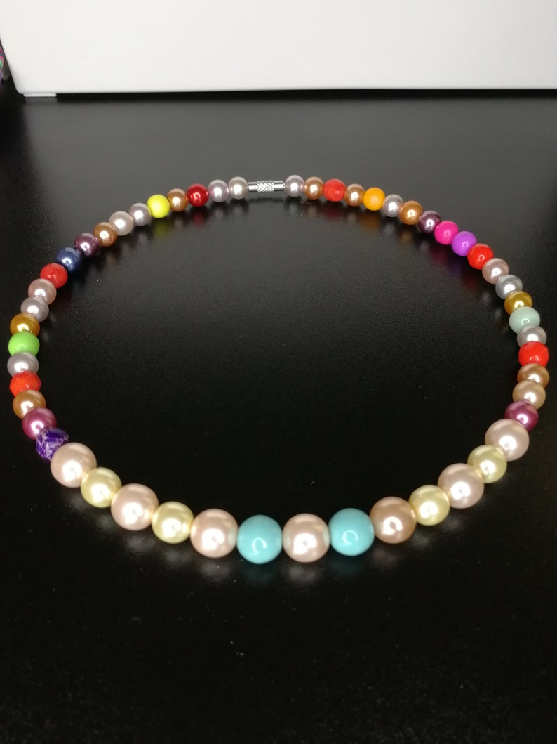 Crew neck necklace with colored pearls 8-10 mm