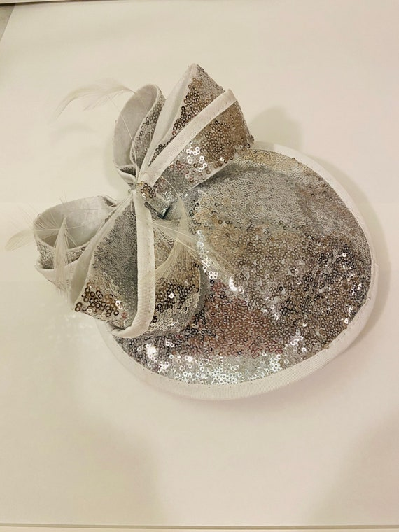 Sequin fascinator with feather/bow detail