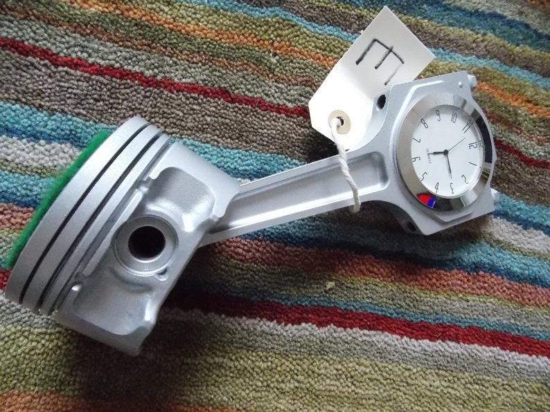 Jaguar XK 2001 V8 Piston Clock Ideal Man Cave ou Bureau Top Clock Time Piece, Argent, Chrome Lunette, Cadran blanc.