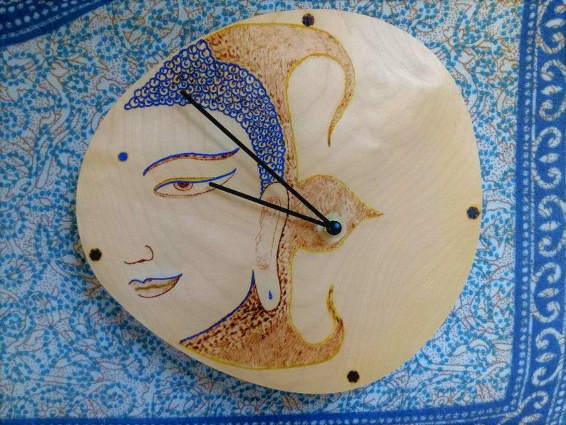 Horloge murale de Bouddha - Pyrographie, Bois, Main, Idées cadeaux, Pendaison murale, Art mural, Spirituel, Méditation, Zen, Bouddhiste, Bouddhisme