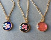 1 small round pendant in rose gold version, minimalist dot art technique, with fine chain, dots, flower, discreet, dot painting