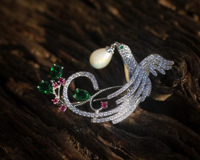 Broche Art D\u00e9co Oiseau Phoenix Avec Une Fausse Perle Blanche Cristal CZ Vert Emeraude Dentelle 1920s Vintage Style Mariage Plaqu\u00e9 Or Blanc