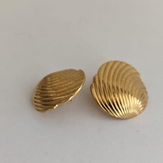 Vintage Monet Shell Stud Earrings Ornate Goldtone… - image 6