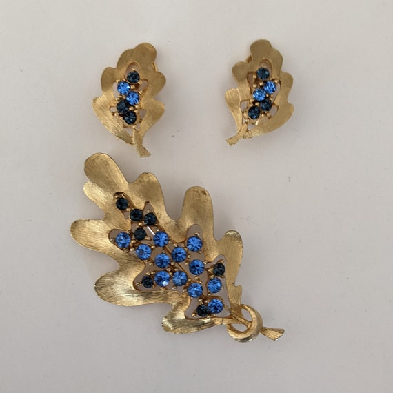 Vintage JJ SET Brooch and Clip-on earrings brushed gold tone metal and blue rhinestones Jonette Jewelry