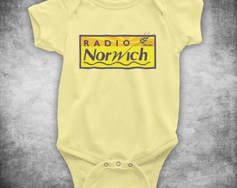 ALAN PARTRIDGE LINTON TRAVEL TAVERN UNOFFICIAL HOTEL BABY GROW BABYGROW GIFT