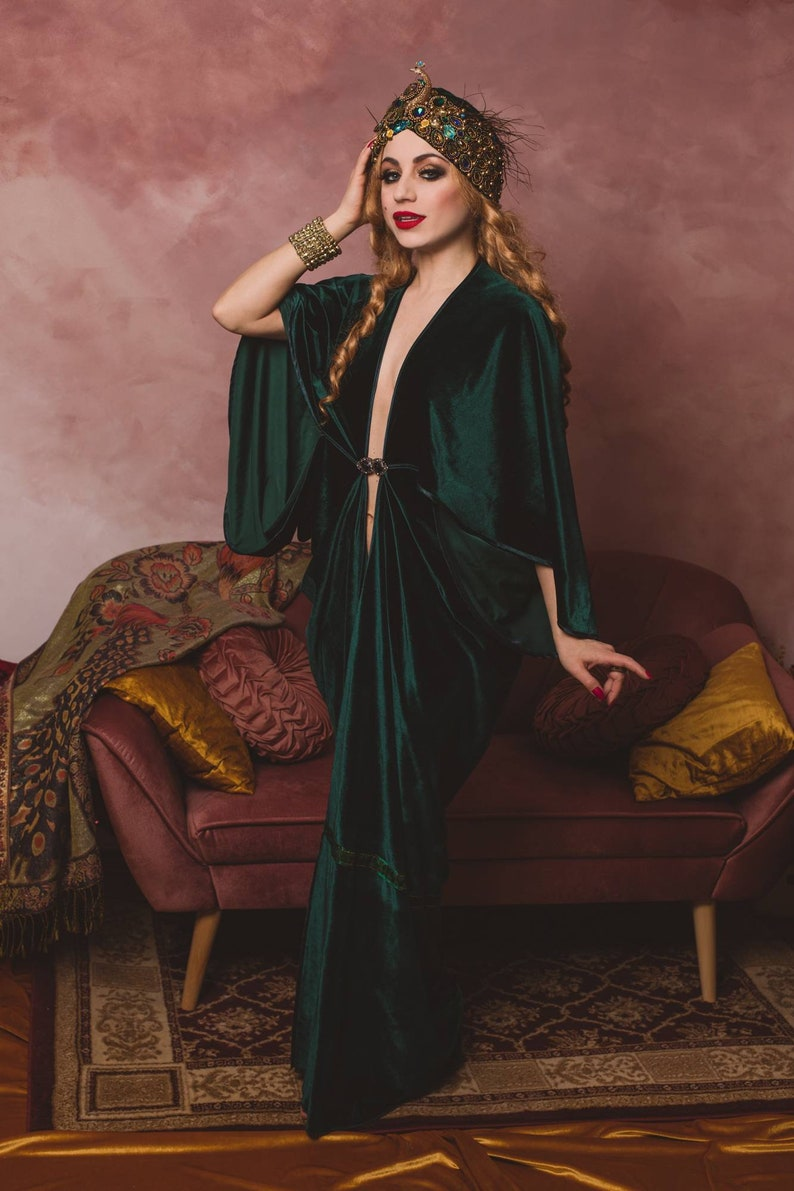 1920s Coats, Furs, Jackets and Capes History     Read the full title    Emerald 1920s Velvet Gown color Hollywood style Great Gatsby Burlesque flapper Cocoon coat $205.49 AT vintagedancer.com