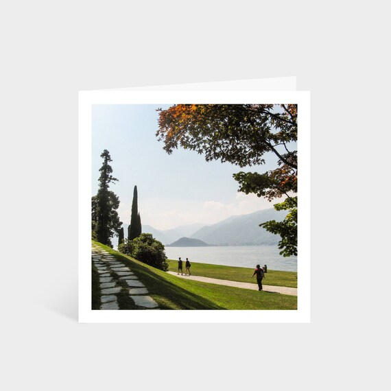 Standing square card with a photo of a well-manicured garden overlooking Lake Como