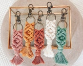 Macramé keychain, with carabiner hook, in pastel colors, boho style, gift, pendant macrame