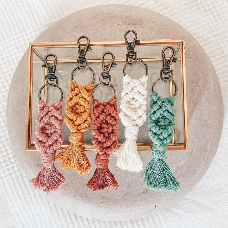 Macramé keychain 14 cm with carabiner hook in pastel colors image 1