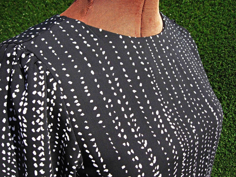 retro style H/&M does 60/'s bishop balloon sleeve wide button cuffs black and white print dot mini modern mod go-go dress Small US size 4