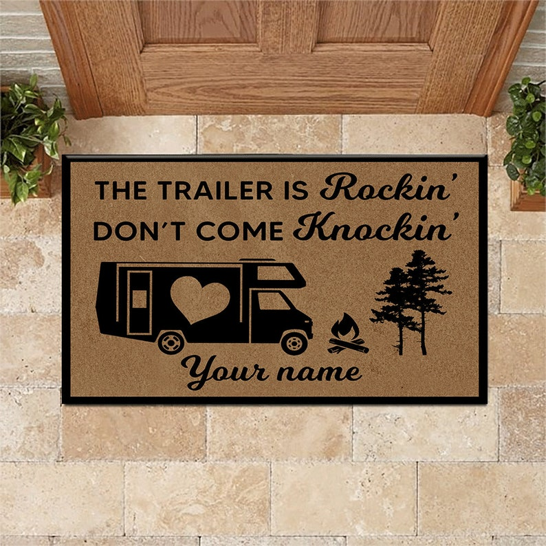 Gearhuman – Camping Custom Doormat If The Trailer Is Rockin'