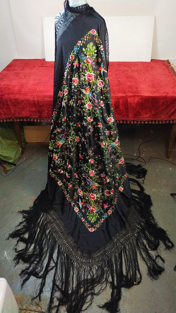 Piano shawl. Silk or viscose. Hand embroidered. Sp