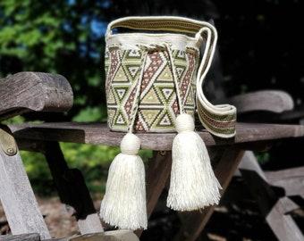 Premium wayuu bag, wayuumochila, mini bag, small single thread wayuu mochila, beige and green.
