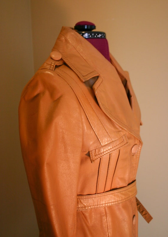 1970s Vintage women's tan stiff leather trench co… - image 3