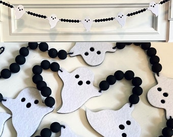 Halloween Felt Ghosts and Black Wood Beads Garland for Fireplace Mantel / Spooky Wall Home Decor Banner / Boho Farmhouse Bunting for Mantle