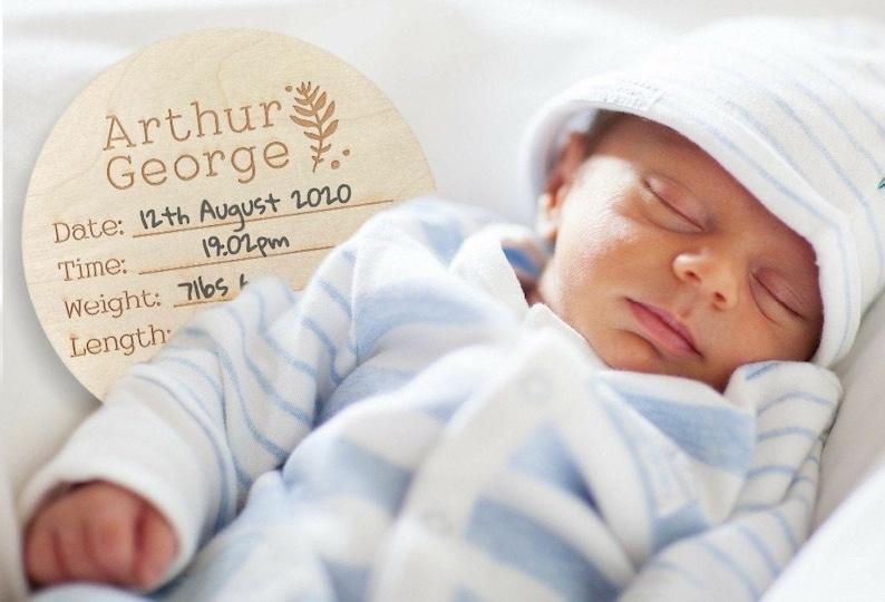 Plaque en bois pour immortaliser l'annonce de grossesse | A découvrir sur le blog : keepcoolnewmom.com