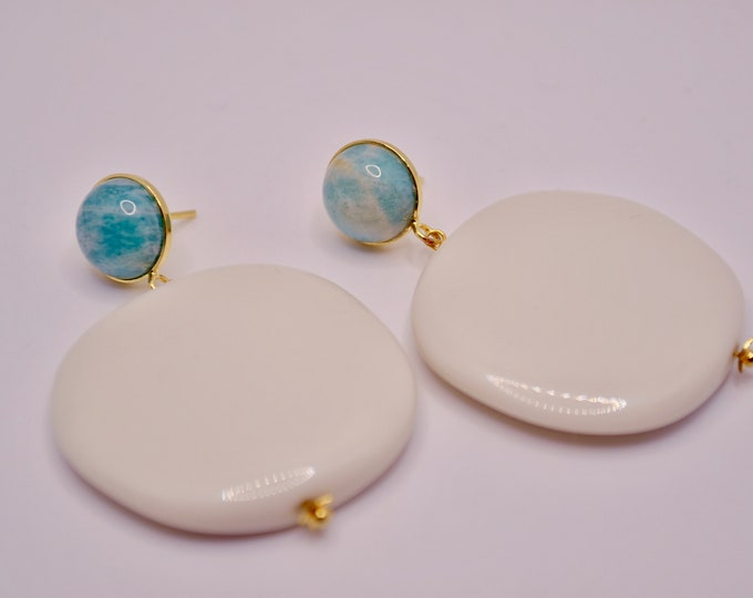 Ivory resin pallets with amazonite nails
