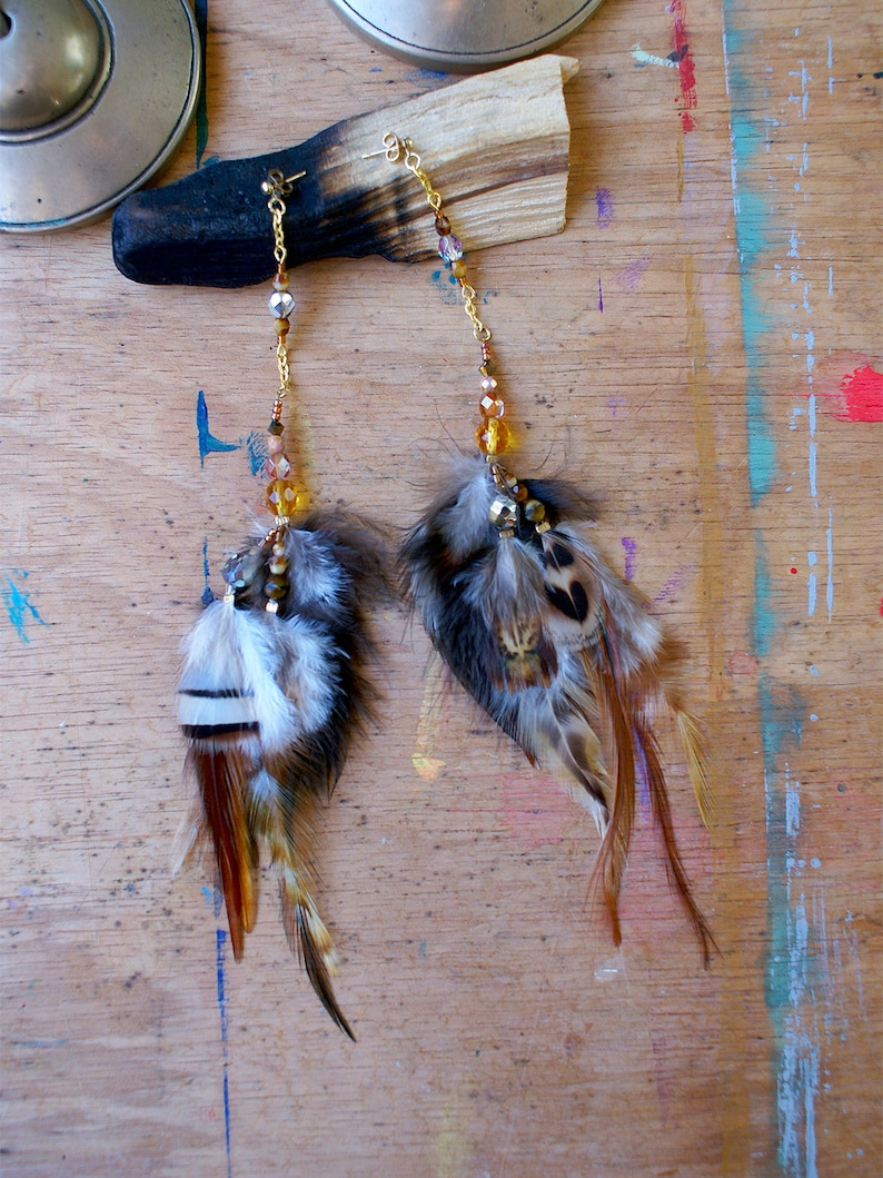 Long brown earrings in feathers and pearls