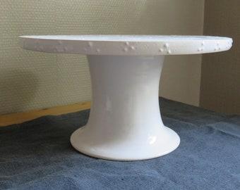 white ceramic cakestand with slib deco