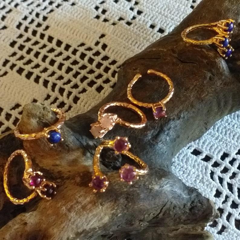 Bague r\u00e9glable en laiton plaqu\u00e9 or rose sertie de 3 cabochons ronds en lapis lazuli de 5 mm