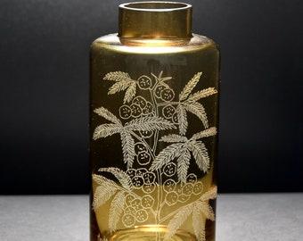 Vaso monofiore di forma cilindrica con bocca stretta in vetro color ocra chiaro, con incisione a tema floreale realizzata a mano