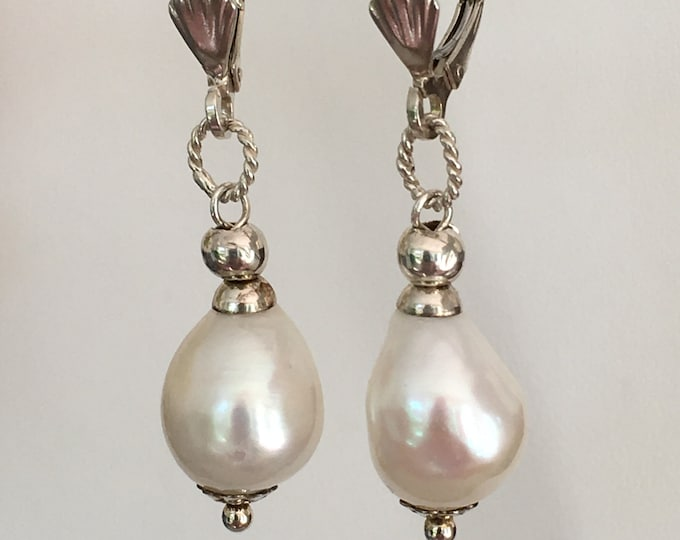 Freshwater pearl earrings and sterling silver .925. (PP3)