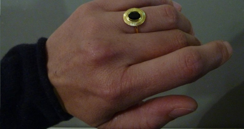 Fine ring-plated fine ring gold-plated flat disc worked black central stone for woman or golden girl size of choice
