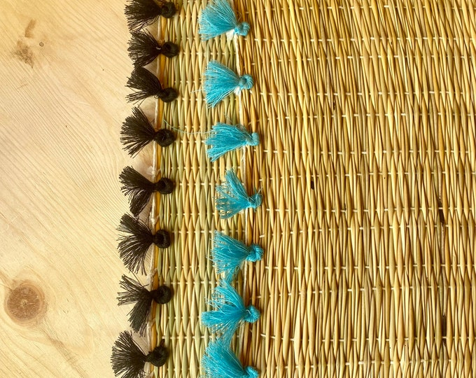 6 wicker placemats and pompoms