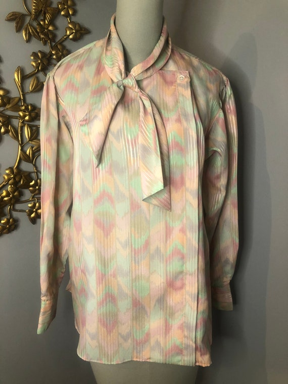 Size 12 1960s era Evan-Picone Lightweight Polyester Blouse with Narrow Pointed Collar Casual Sportswear