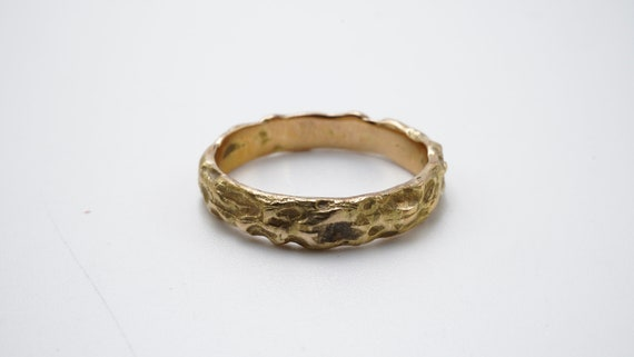 Hammered yellow gold ring - image 2