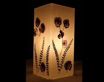 Lampe mit gepressten Hornveilchen, Lamp with pressed Viola cornuta