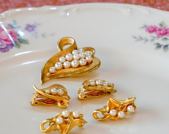 Vintage Matching Brooch and Clip-on Earrings / Gold/ Pearls