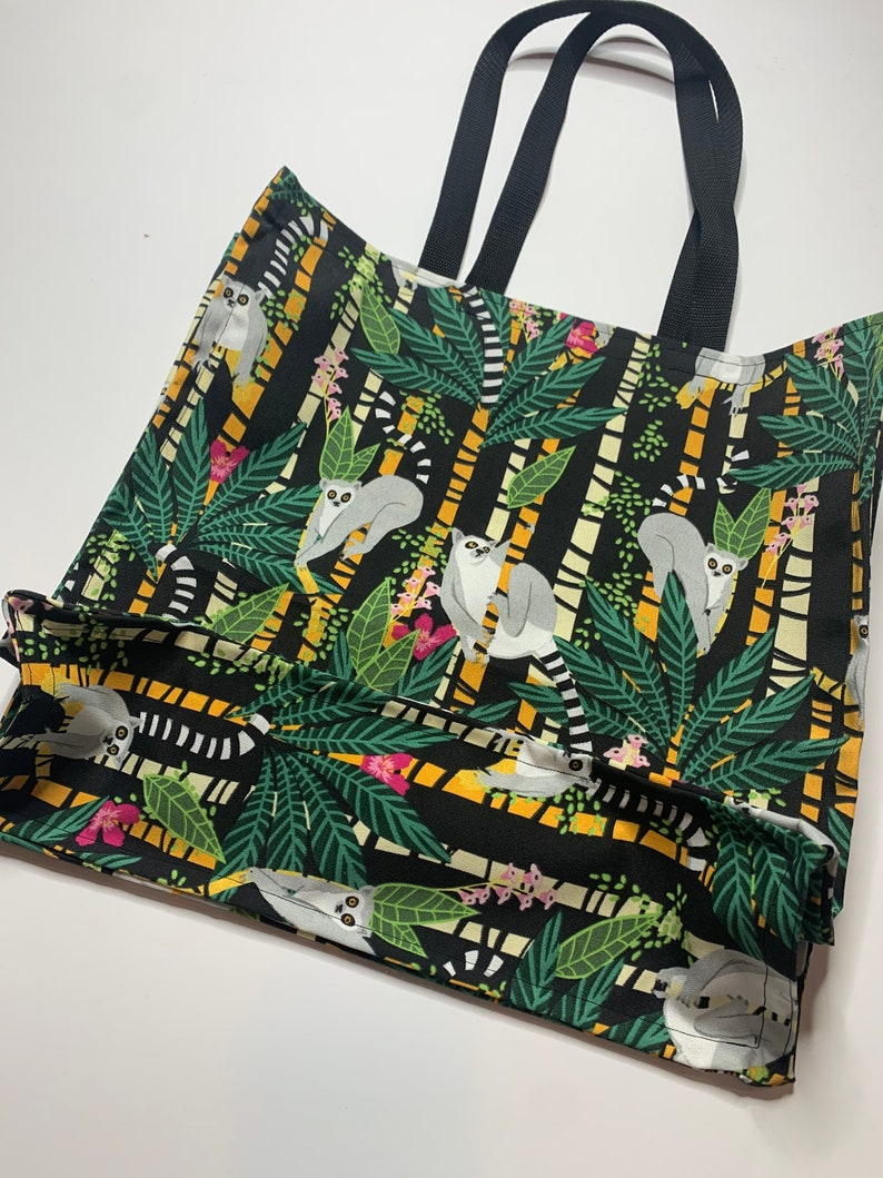 Beach tote with jungle print
