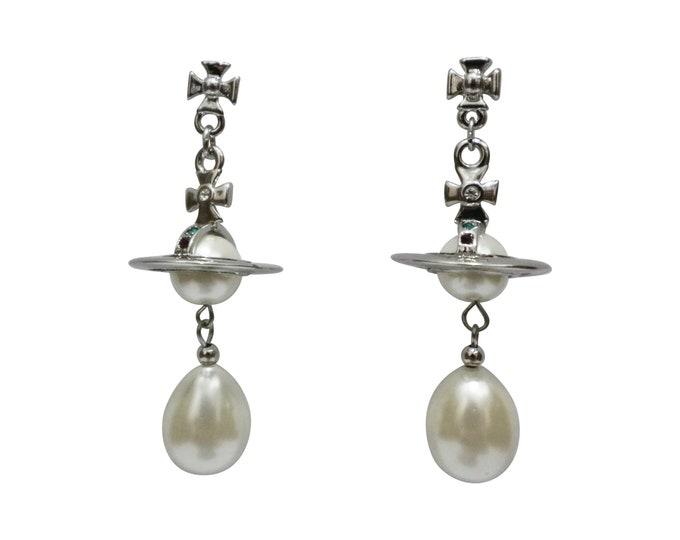 Bas Relief Planet Faux Pearl Chandelier Earrings Y2K Silver Saturn Orb Pearl Drop Earrings 90s Punk Inspired Earrings for Him and Her