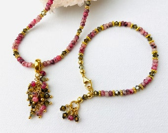 Set, bracelet and necklace with detachable clip pendant in pink agates with gold-plated intermediate parts and crystal.