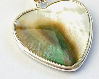 Pendant heart made of muted pearl set in silver