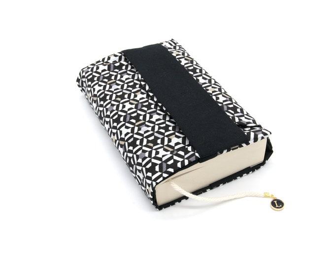 Pocket pocket pocket pocket with black geometric pattern flap