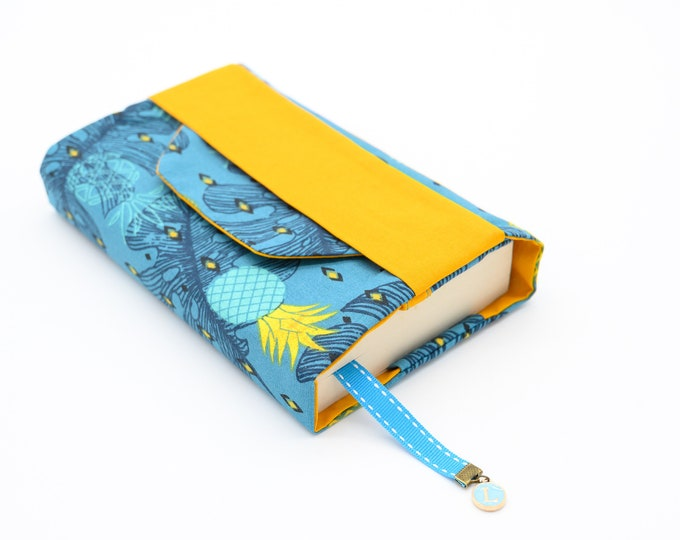 Pocket pocket pouch with pineapple pattern flap