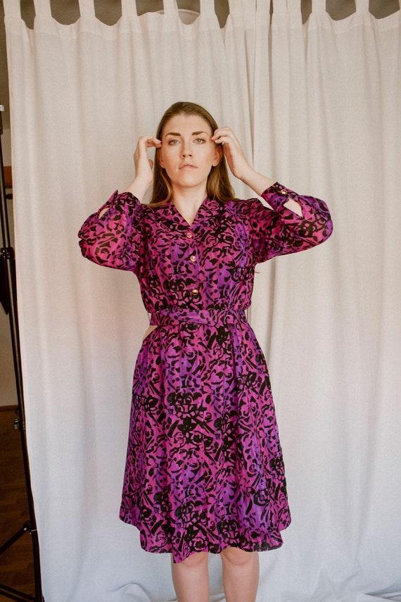 Coloured midi dress with belt
