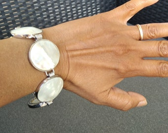 Round mother-of-pearl bracelet