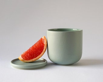 Ceramic cup matt green with lid/coaster | large cup without handle | modern stoneware | handmade tableware in Germany
