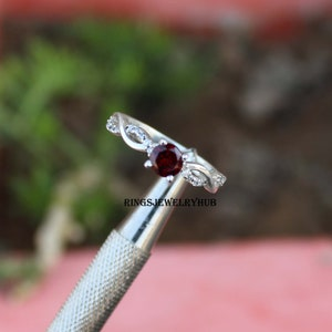 Vintage Pretty Sterling Silver 925 Ring Ornate Silver Scroll Work Setting /& Faceted Garnet