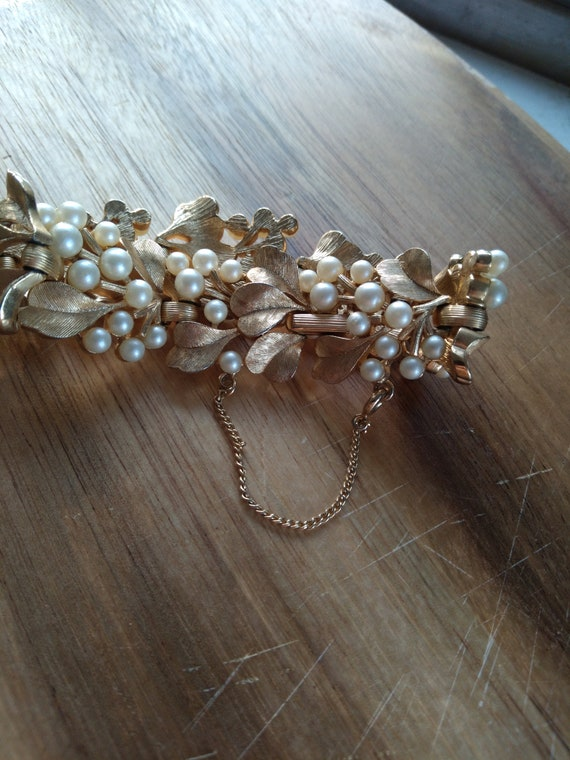 Vintage Trifari gold and pearl bracelet - image 5