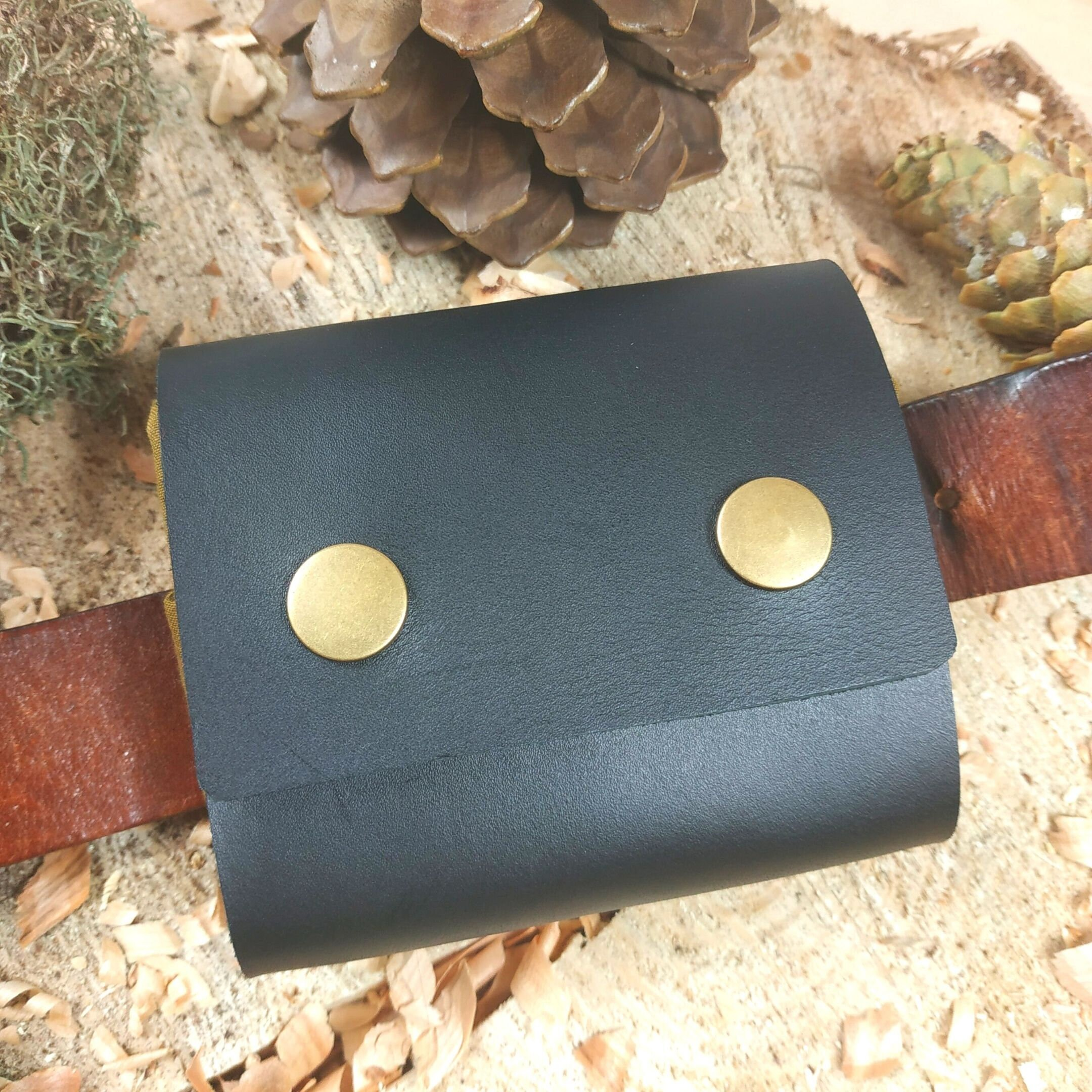 Sammeltasche mit Gürtelbefestigung, schwarzes Leder, olivbraune Tasche aus Dry Oilskin mit Edelweiß-Band