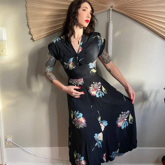 1940's Navy and Floral Dress - image 2